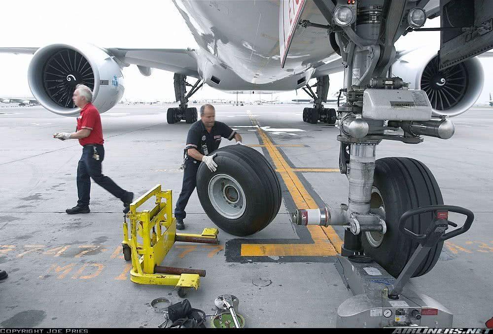 Trocando Pneu do Avião Com Macaco Hidráulico